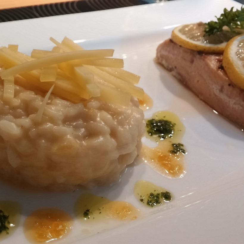 Zitronenrisotto mit Bergkäse und Wildlachs aus dem Ofen