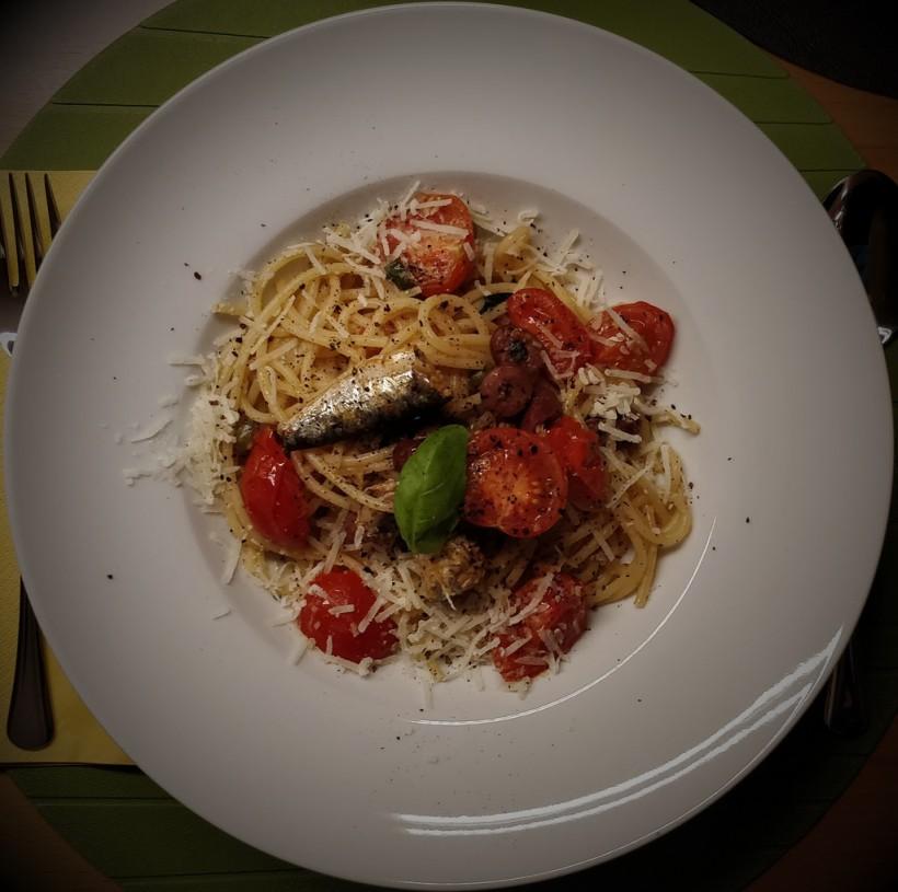 Pasta mit Sardinen und Tomaten