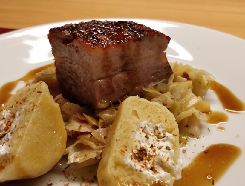 Schweinsbraten sous vide mit Spitzkraut und Ziegenkäse-Kartoffelknödel