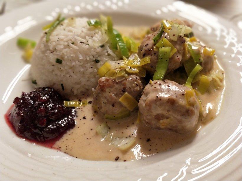Fleischbällchen-Lauch-Pfanne mit Reis und Preiselbeeren