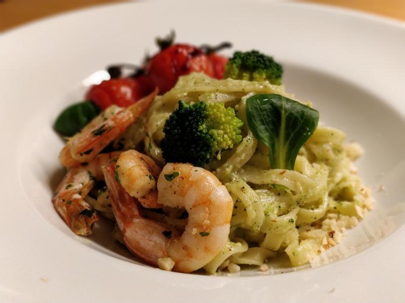 Tagliatelle mit Brokkoli-Pesto, Tomaten und Garnelen