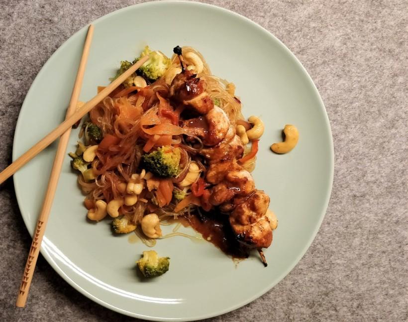 Hoisin-Hendl-Spieß mit Wokgemüse und Glasnudeln