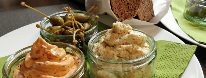 Chia-Walnuss-Brot, Tomaten-Butter, Käse-Apfel-Butter