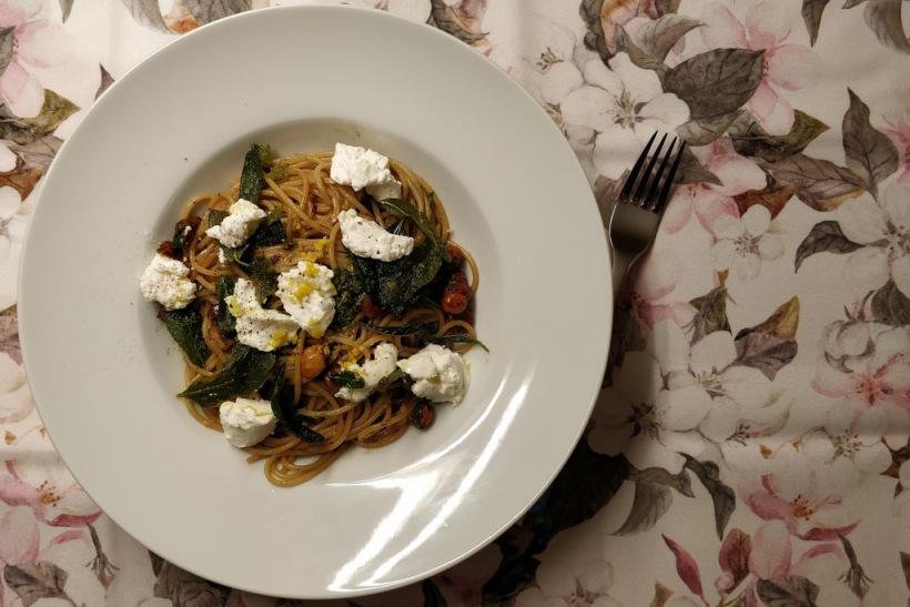 Vollkornspaghetti mit Salbei, Haselnüssen und Ricotta