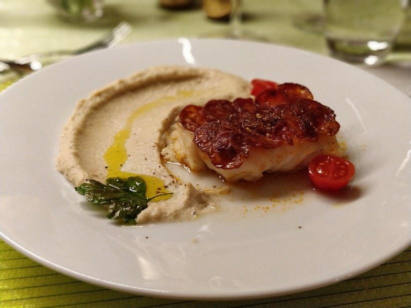 Kabeljau mit Chorizo-Schuppen und Karfiolpüree