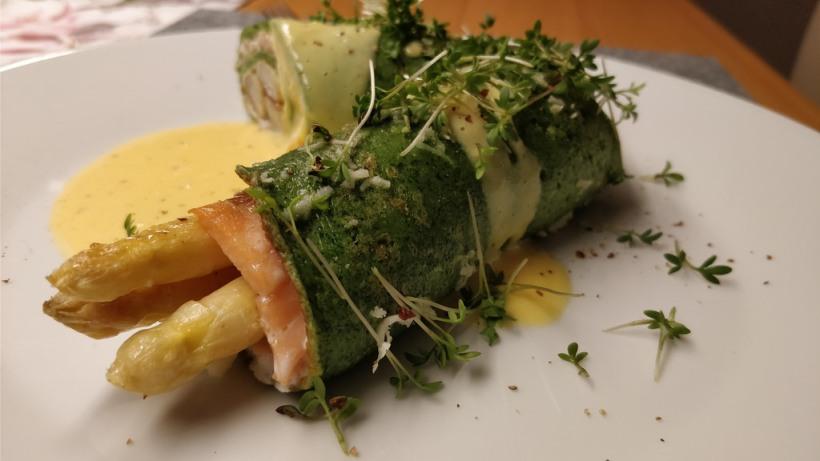 Bärlauch-Palatschinke mit Ziegenfrischkäse, Lachs und Spargel