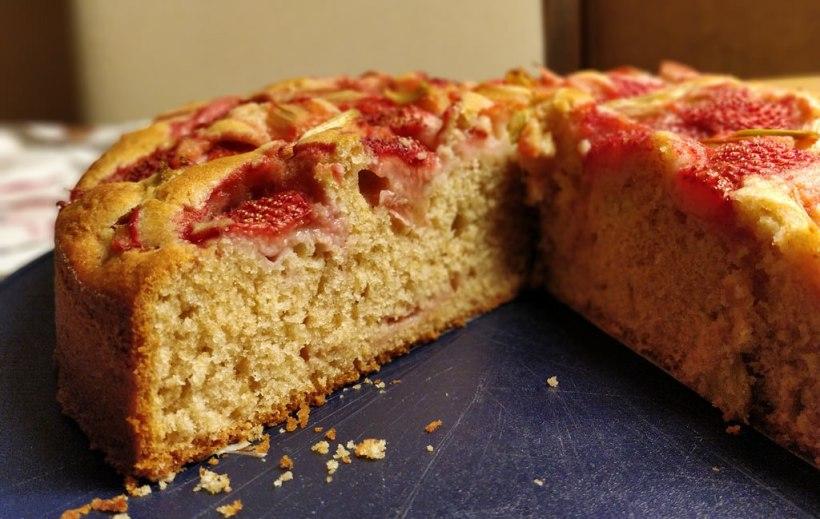 Rhabarber-Erdbeer-Joghurtkuchen