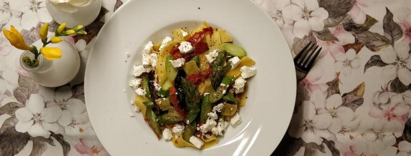 Pappardelle mit Spargel, Tomaten und Feta