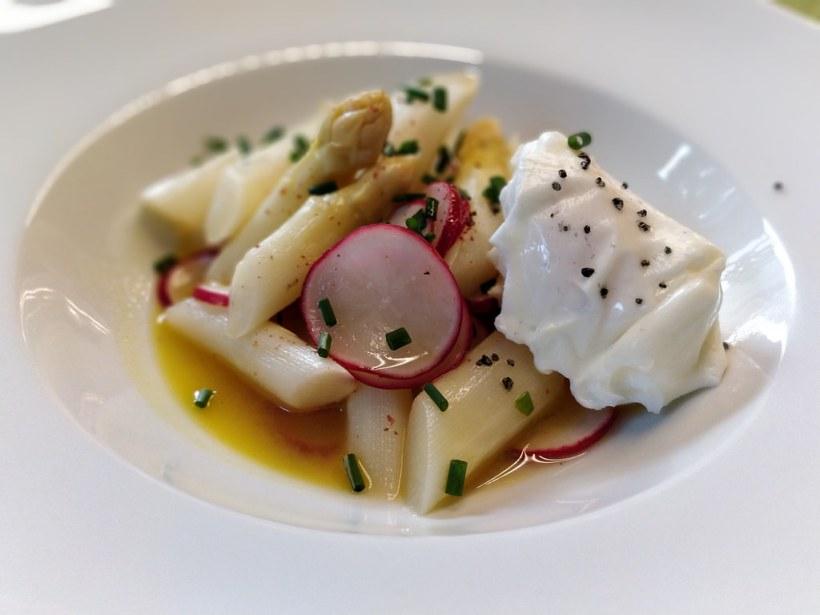 Lauwarmer Spargel-Radieschen-Salat mit pochiertem Ei