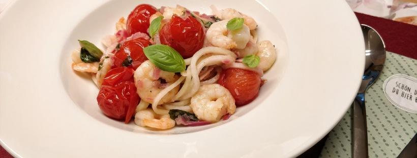 Kohlrabispaghetti mit Garnelen und Tomaten