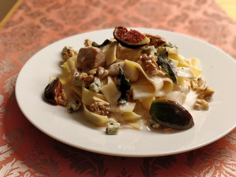 Pappardelle mit Huhn, Feigen und Nüssen