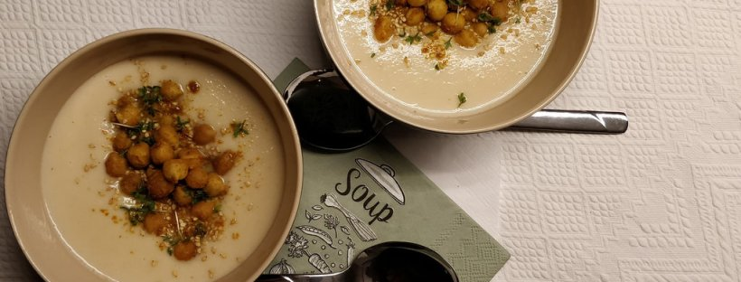 Sellerie-Kokos-Suppe mit ofengerösteten Kichererbsen