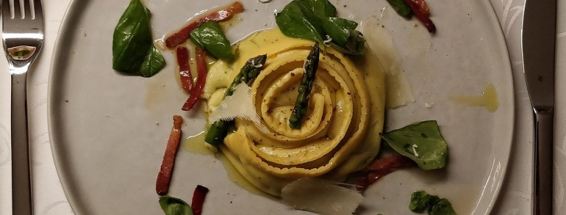 Cannelloni gefüllt mit grünem Spargel