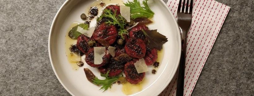 Rote-Rüben-Gnocchi mit Mohnbutter, Kapern und Parmesan