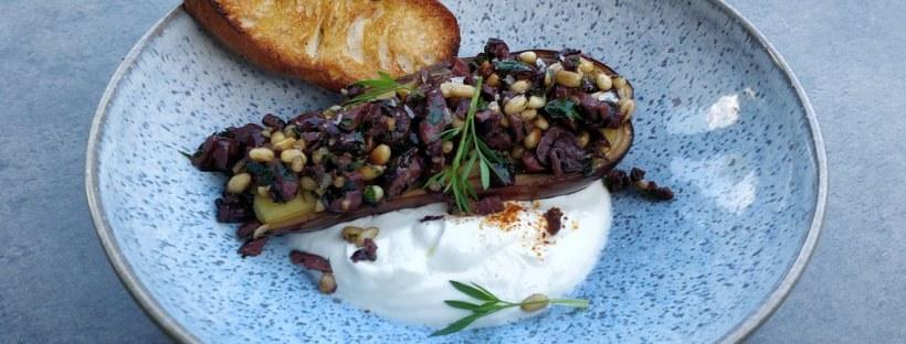Gebackene Melanzani mit Olivenpaste und Joghurt