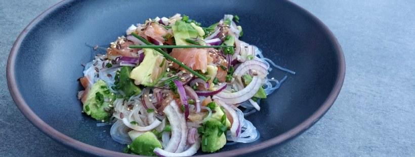 Somen-Nudelsalat mit Räucherlachs und Avocado