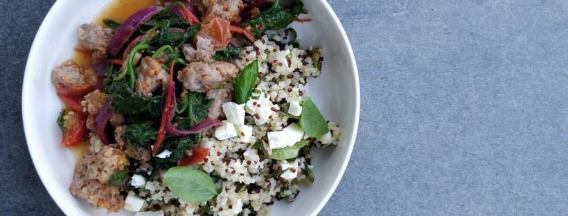 Salsiccia mit Spinat auf Bulgur-Quinoa mit Feta