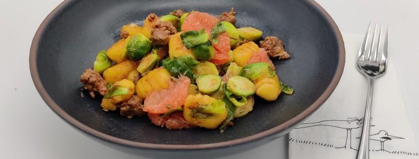 Gnocchi-Kohlsprossen-Pfanne mit Merguez und Grapefruit